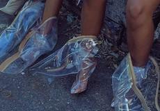 Sự thật đằng sau những đôi giày trong suốt sành điệu: Nóng và bốc mùi