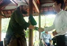 Quảng Bình: Trả lại tài sản cho du khách Mỹ đánh rơi trong rừng Phong Nha