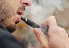 """Mối lo """"đại dịch"""" nghiện thuốc lá điện tử ở người trẻ Mỹ"""