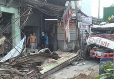 Xe container mất lái lao lên vỉa hè tông 6 nhà dân, tài xế bất tỉnh