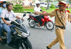 Một chiến sĩ cảnh sát cơ động bị đâm gãy chân khi đang làm nhiệm vụ