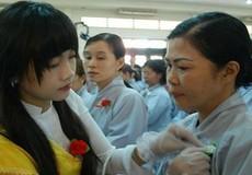 """Tục """"bông hồng cài áo""""- nét đẹp văn hóa Việt"""