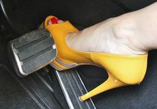 """Phụ nữ lái xe có cần """"nói không"""" với giày cao gót?"""