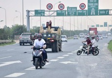 Xử lý xe máy lưu thông vào làn cao tốc trên Đại lộ Thăng Long