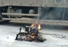 Nam thanh niên đi SH tưới xăng đốt xe người phụ nữ