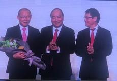 Nhận 100.000 USD, HLV Park Hang Seo tặng lại cho quỹ phát triển tài năng bóng đá Việt Nam và người nghèo
