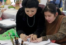 Nữ họa sĩ Văn Dương Thành dạy vẽ cho trẻ khuyết tật