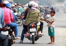 Bất chấp nắng cháy da, đám trẻ 'đóng chốt' xin tiền người đi đường