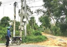 Đồng Nai: Trụ điện chằng chịt để phơi nắng, 60 hộ dân 30 năm thiếu điện