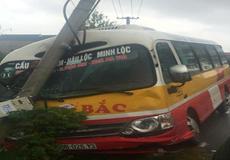 Thanh Hoá: Xe bus lao vào cột điện, hàng loạt hành khách hoảng loạn