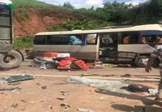 Xe khách va xe kéo, ít nhất 12 người bị thương