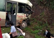 Xe khách húc trực diện xe tải đông lạnh, 6 người phải cấp cứu