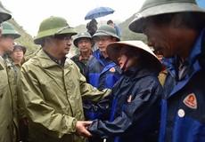 Phó Thủ tướng Trịnh Đình Dũng tới hiện trường chỉ đạo ứng phó mưa lũ