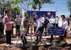Bộ trưởng Lê Thành Long trồng cây lưu niệm tại trụ sở mới của Bộ Tư pháp Lào