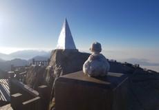 Du khách thích thú gom băng tuyết, nặn hình thú trên đỉnh Fansipan