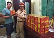 Nghệ An: Bắt giữ xe khách chở pháo lậu