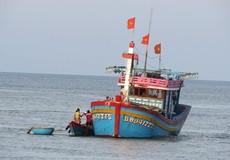 Tàu cá Bình Định mắc cạn trên cửa biển Nhật Lệ