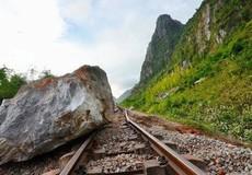 Sạt núi, hàng trăm tấn đá chắn đường sắt Bắc – Nam