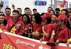 Sân bay Nội Bài rực màu áo cổ động viên Tuyển Việt Nam