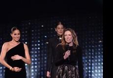 Meghan ôm bụng bầu lên trao giải thời trang tại Fashion Awards 2018