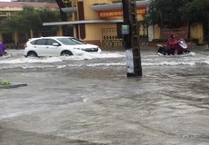 Đường thành phố Thanh Hóa ngập như sông sau trận mưa lớn