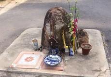 Hòn đá thiêng bỗng dưng 'mọc' ở ngã ba khiến cả làng đổ xô cúng bái