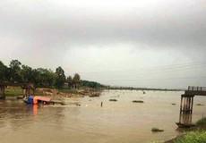 Tàu chở cát đâm sập cầu, một phụ nữ rơi xuống sông