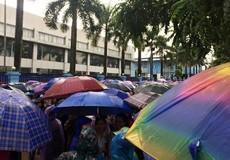 Bất chấp mưa gió hàng nghìn công nhân tiếp tục đình công đòi quyền lợi