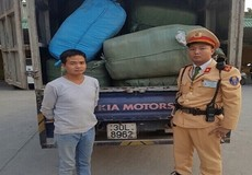 Hà Nội: Cả tấn quần áo nghi nhập lậu bị phát hiện