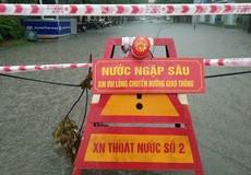 Ô tô, xe máy dò dẫm đi trên nước ở Hà Nội trong mưa bão