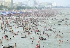 """Chiêm ngưỡng """"biển người"""" nêm chặt biển Sầm Sơn dịp nghỉ lễ 30/4 – 1/5"""