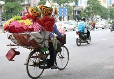Ngày 20-10, ai sẽ tặng hoa cho những người phụ nữ bán hàng hoa?