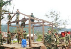 Bộ đội Quân khu 5 dựng nhà cho người dân vùng bão