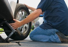 Đỗ xe trên đường cấm để thay lốp, vì sao lại bị cảnh sát phạt?