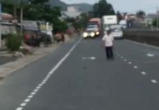 Khánh Hòa: Người đàn ông cầm mã tấu chém xe ô tô trên Quốc lộ