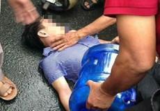 Một thanh niên bị sét đánh ngã bất tỉnh khi đang đi trên đường