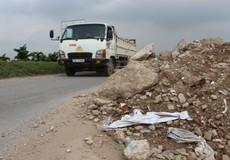 Nguy cơ khó lường khi phế thải xây dựng lấn đường Hà Nội