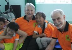 Cặp vợ chồng Tây hết lòng vì trẻ em khuyết tật