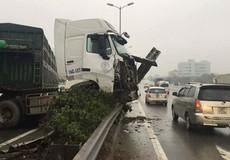 Ba xe container mất lái chân cầu Thanh Trì, nhiều người thoát chết