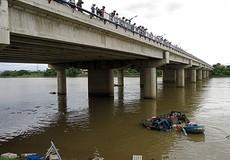 Ô tô tải đâm gãy lan can cầu lao xuống sông