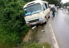 Tránh xe tải lấn làn, xe khách đâm gãy cột mốc, 3 người cấp cứu