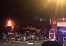Cháy cửa hàng điện nước trong đêm, hàng trăm người dân tham gia dập lửa
