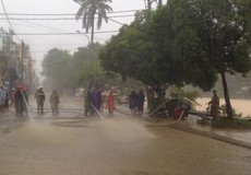 Công an Huế xắn quần áo đội mưa dọn bùn thông đường cho người dân đi