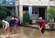 Giáo viên Thừa Thiên - Huế hối hả dọn trường đón học sinh sau lũ