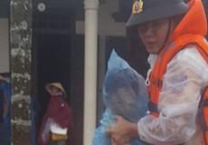Công an kịp thời đưa cháu nhỏ đi cấp cứu trong lũ lụt