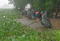 Cán bộ, chiến sĩ đội mưa lội nước lũ giúp người dân Hương Thủy