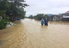 Mưa lớn, đường Thừa Thiên - Huế lại 'thành sông', nước ngập cả nhà dân