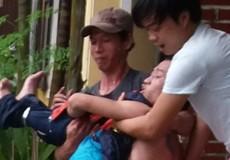 Nam thanh niên nghi ngáo đá vào 'quậy tưng' trụ sở Công an phường