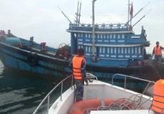 BĐQP Quảng Bình bắt tàu đánh cá trái phép, cứu ngư dân gặp nạn