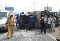 Xe tải lật nhào, tài xế thoát nạn trong gang tấc